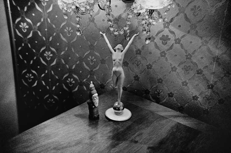 »Der Nikolaus und die Tänzerin«, privat, Berlin-Grunewald, aus dem Portfolio »ad sorores III«, Foto © Friedhelm Denkeler 1993