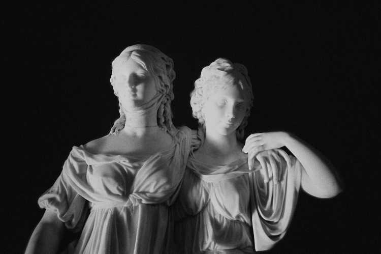 »Prinzessinnengruppe Luise und Friederike«, Johann Gottfried Schadow, Alte Nationalgalerie Berlin, aus dem Portfolio »ad sorores III«, Foto © Friedhelm Denkeler 1995