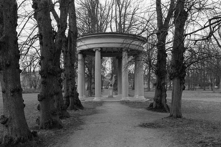 »Hebetempel im Neustrelitzer Schlosspark«, 1840, Friedrich Wilhelm Buttel, aus dem Portfolio »ad sorores III«, Foto © Friedhelm Denkeler 1991
