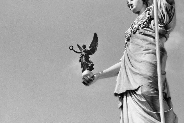 »Pallas Athene mit der Siegesgöttin Nike», Wien, Parlamentsgebäude, aus dem Portfolio »ad sorores III«, Foto © Friedhelm Denkeler 1997