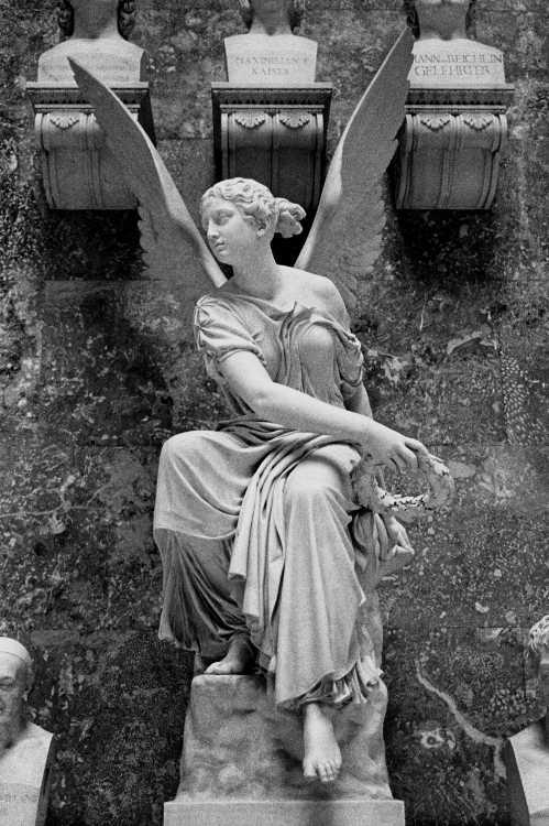 »Die kranzwerfende Viktoria«, Christian Daniel Rauch, Walhalla, Donaustauf/ bei Regensburg, aus dem Portfolio »ad sorores III«, Foto © Friedhelm Denkeler 1991