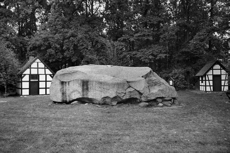 »Der Große Stein von Tonnenheide», Foto © Friedhelm Denkeler 2000