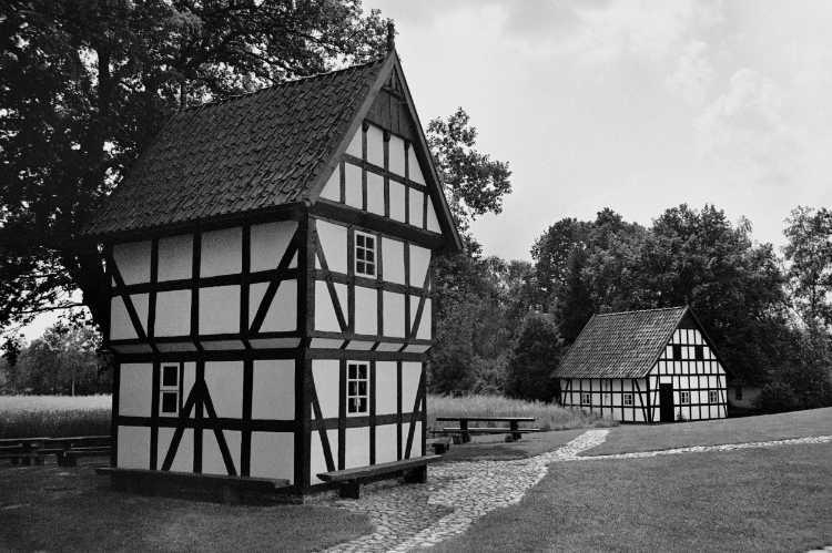 »Dorfplatz an der Kolthoffschen Mühle in Levern«, Foto © Friedhelm Denkeler 2004