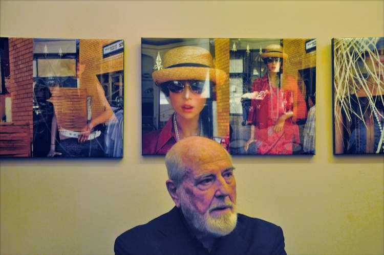 Michelangelo Pistaletto vor den Photographien »Second Hand Modell« von Friedhelm Denkeler im Theater O-TonArt«, Berlin-Schöneberg, Foto © Friedhelm Denkeler 2018
